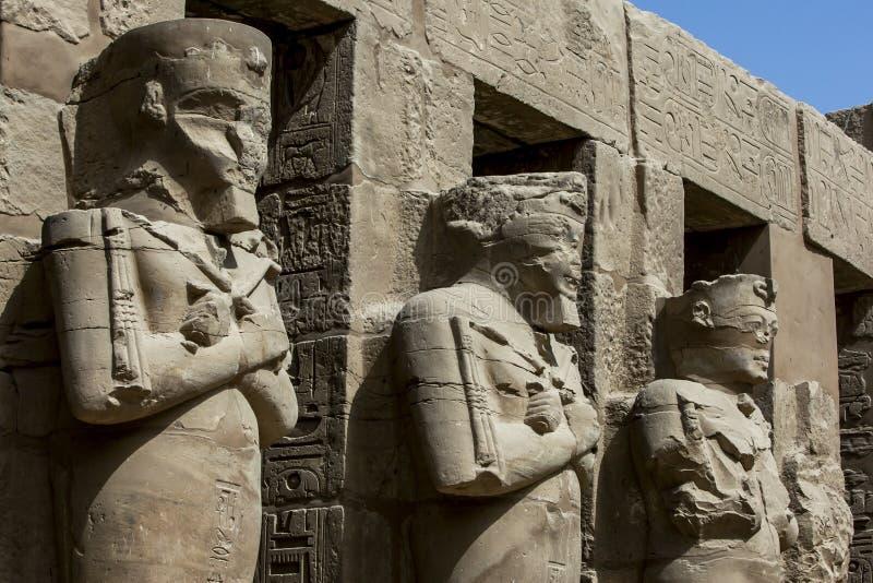 Il cortile Porticoed teatrale con le colonne di Osiris nel tempio di Ramesses terzo al tempio di Karnak a Luxor nell'Egitto fotografia stock