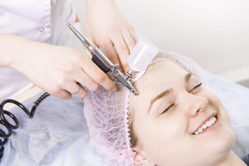 Il cosmetologo esegue la procedura di ringiovanimento immagine stock libera da diritti
