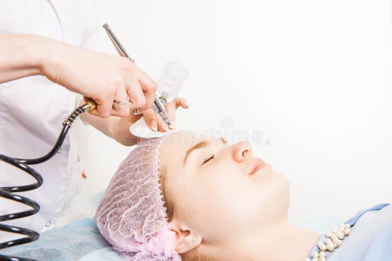 Il cosmetologo esegue la procedura di ringiovanimento fotografia stock