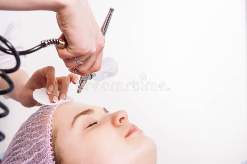 Il cosmetologo esegue la procedura di ringiovanimento immagini stock libere da diritti