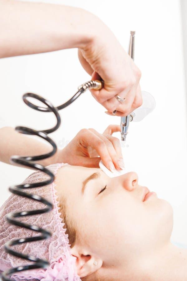 Il cosmetologo esegue la procedura di ringiovanimento immagine stock