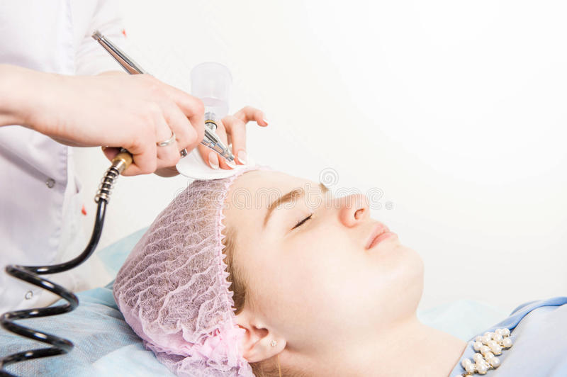 Il cosmetologo esegue la procedura di ringiovanimento fotografia stock libera da diritti