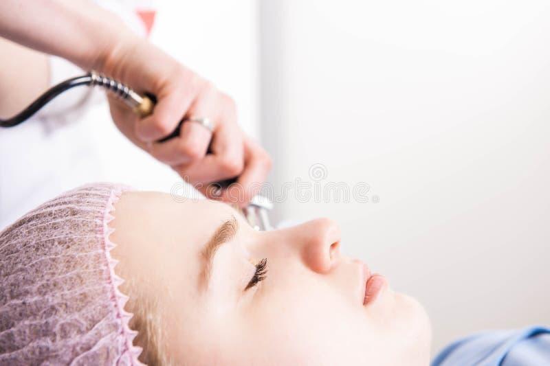 Il cosmetologo esegue la procedura di ringiovanimento fotografie stock