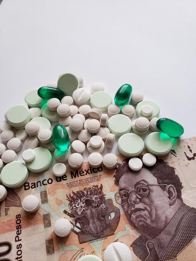 il costo di medicina, varia medicine e banconota messicana, fondo e struttura immagini stock libere da diritti