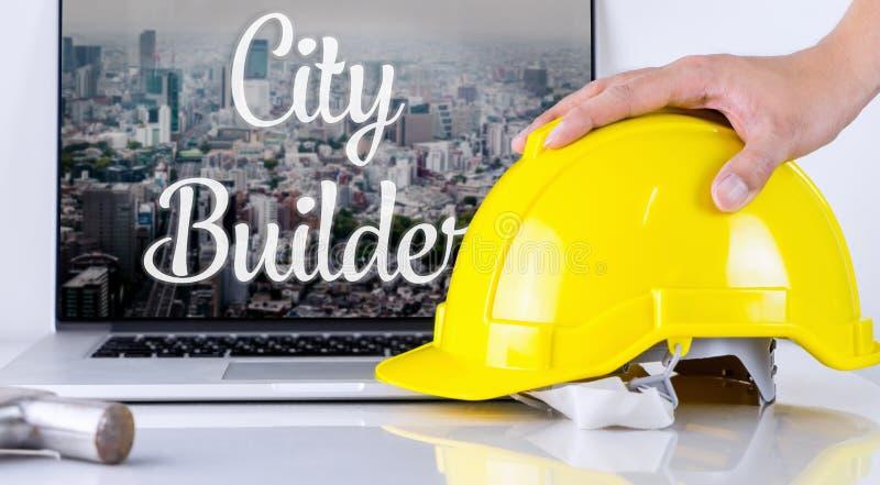 Il costruttore della città sta prendendo il casco di sicurezza fotografie stock libere da diritti