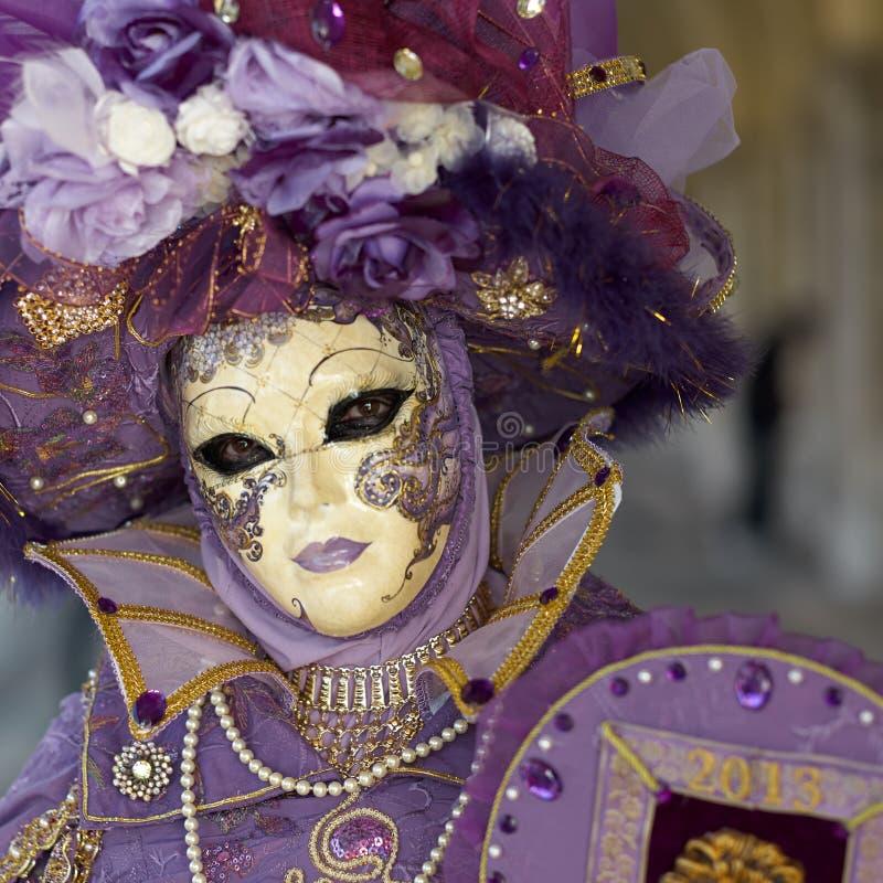 Il costume veneziano assiste al carnevale di Venezia. immagine stock