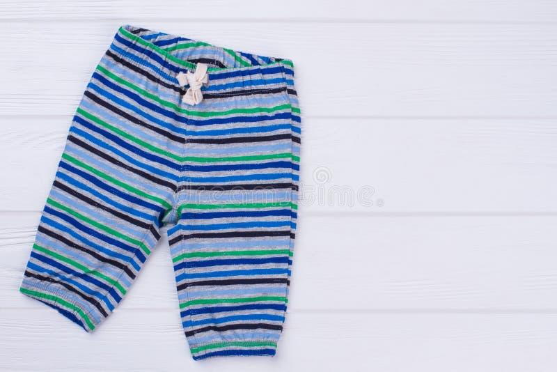 Il cotone del bambino ha barrato i pantaloni fotografie stock libere da diritti