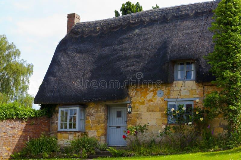 Il cottage di Cotswold con il tetto ricoperto di paglia immagini stock libere da diritti