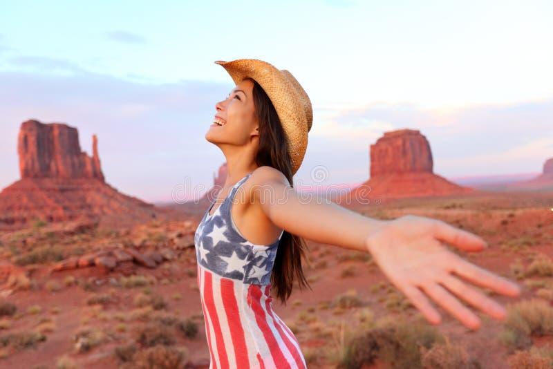 Il cowgirl - donna felice e libera in valle del monumento immagine stock libera da diritti