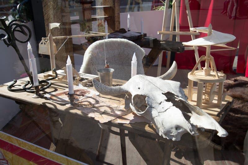 Il cranio di un toro sul ricercatore medievale della tavola Fuoco selettivo immagine stock libera da diritti