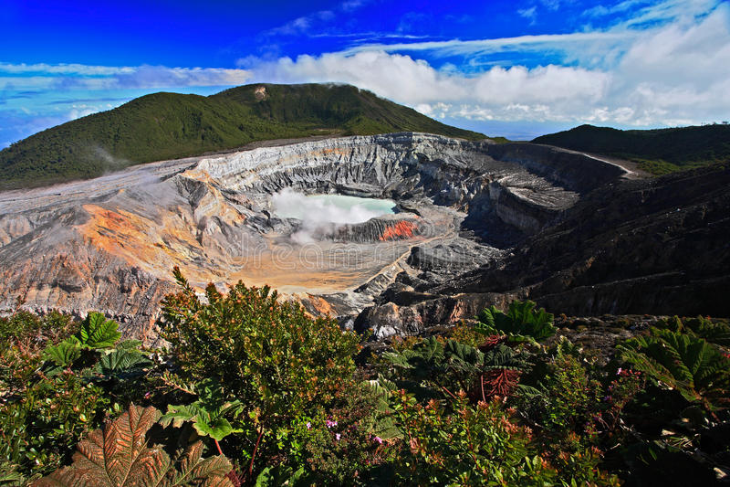 Il cratere ed il lago del vulcano dei poa in Costa Rica Paesaggio del vulcano da Costa Rica Vulcano attivo con cielo blu con Cl immagini stock libere da diritti