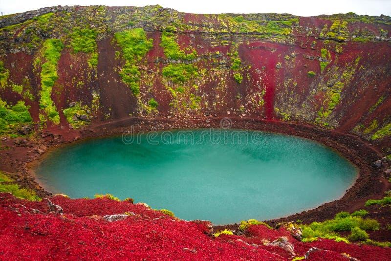 Il cratere vulcanico variopinto ha riempito di acqua blu, Islanda immagine stock libera da diritti