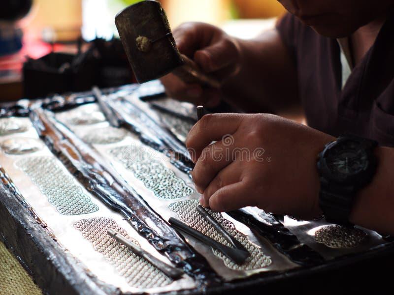 Il creatore di gioielli dell'artigiano che lavora allo stile tradizionale culturale artistico handcraft fotografie stock libere da diritti