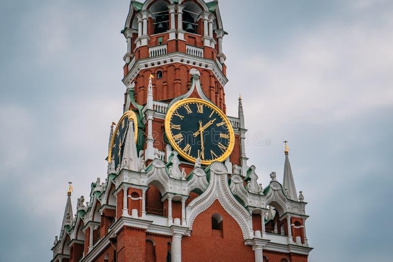 Il Cremlino chimes sulla torre di Spasskaya del Cremlino di Mosca del quadrato rosso sulla città dentro di capitale russa immagine stock