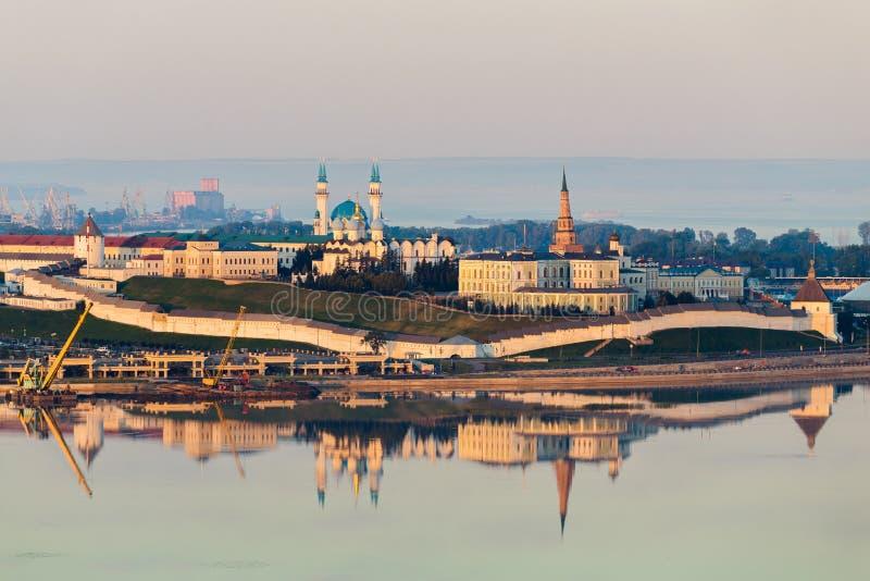 Il Cremlino di Kazan della bianco-pietra al tramonto La parete si è accesa dal sole ed ha riflesso nell'acqua fotografie stock libere da diritti