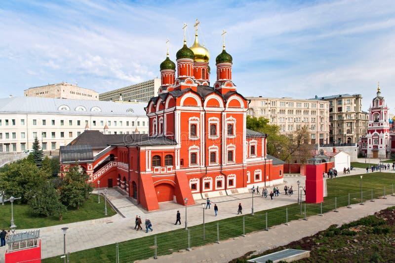 Il Cremlino di Mosca e la vista della cattedrale del ` s del basilico della st in nuovo Zaryadye parcheggiano, parco urbano situa immagini stock libere da diritti