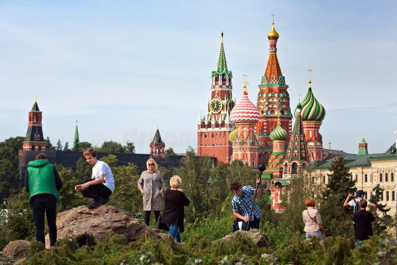 Il Cremlino di Mosca e la vista della cattedrale del ` s del basilico della st in nuovo Zaryadye parcheggiano, parco urbano situa immagini stock