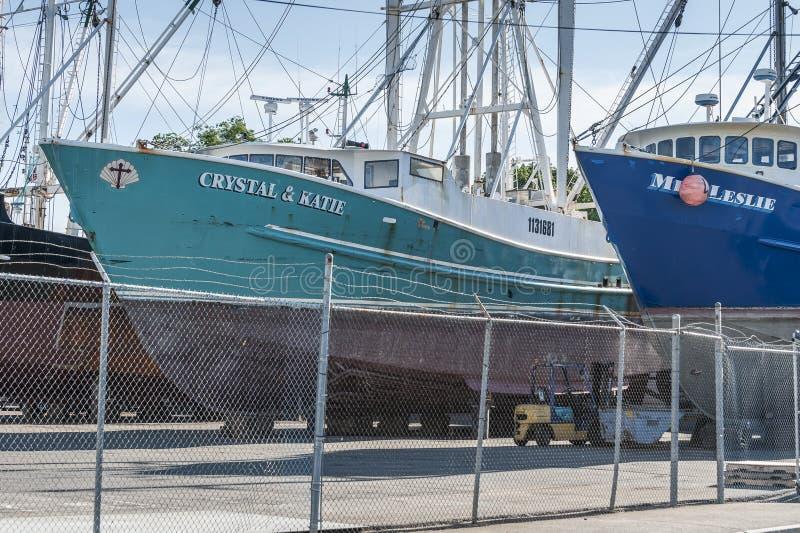 Il cristallo delle barche di pesca professionale & Katie e sig.na Leslie hanno trasportato fuori al boatyard fotografie stock