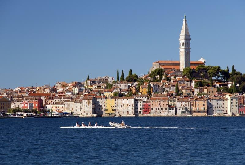 Il Croatia - Rovinj - città e Rowboat immagini stock