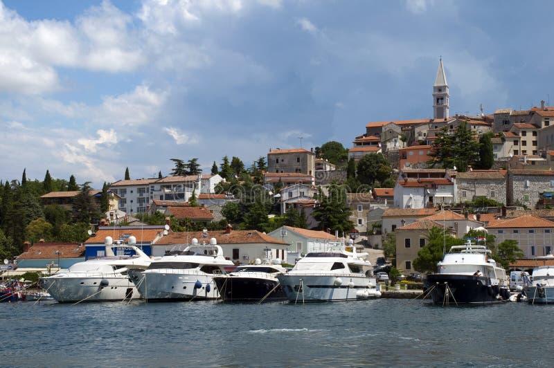 Il Croatia - Vrsar - barche e città su porta immagine stock