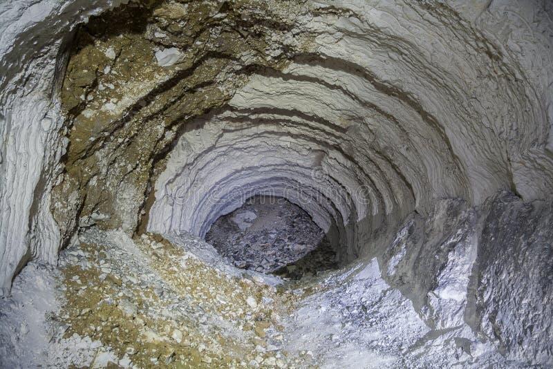 Il crollo nella miniera del gesso, tunnel con le tracce di perforazione della m. immagine stock libera da diritti