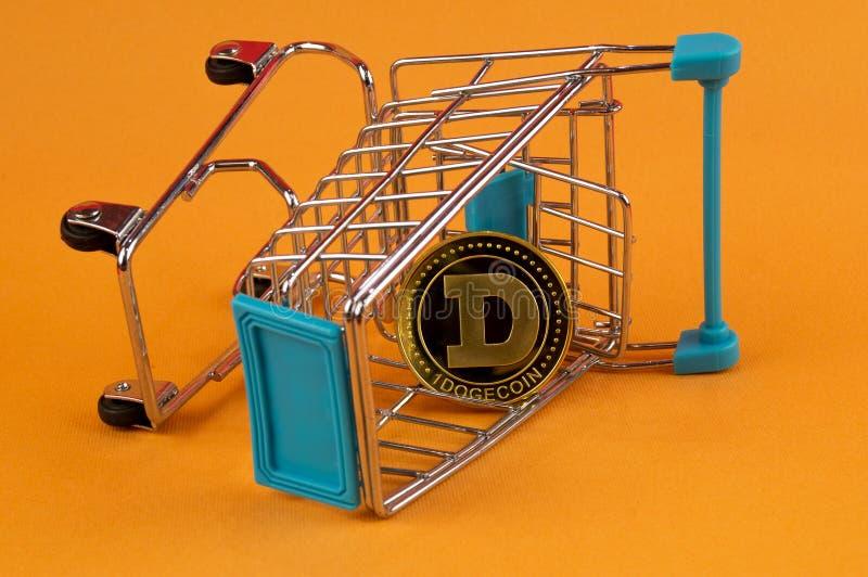 Il cryptocurrency del DOGE di Dogecoin significa del pagamento nel settore finanziario fotografia stock libera da diritti