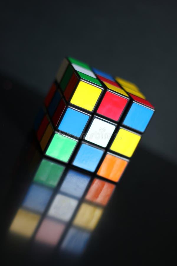 Il cubo famoso dei rubiks su un fondo nero immagini stock libere da diritti