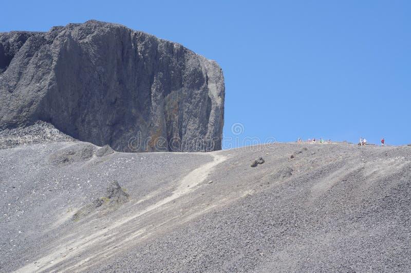 Il culmine nero della zanna delle rocce vulcaniche fotografie stock