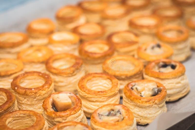 Il cuoco prepara la crosta del soffio del francese di minis immagine stock