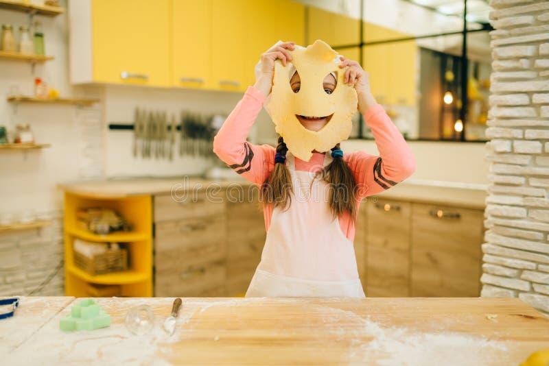 Il cuoco unico della bambina ha fatto un fronte divertente da pasta fotografie stock libere da diritti
