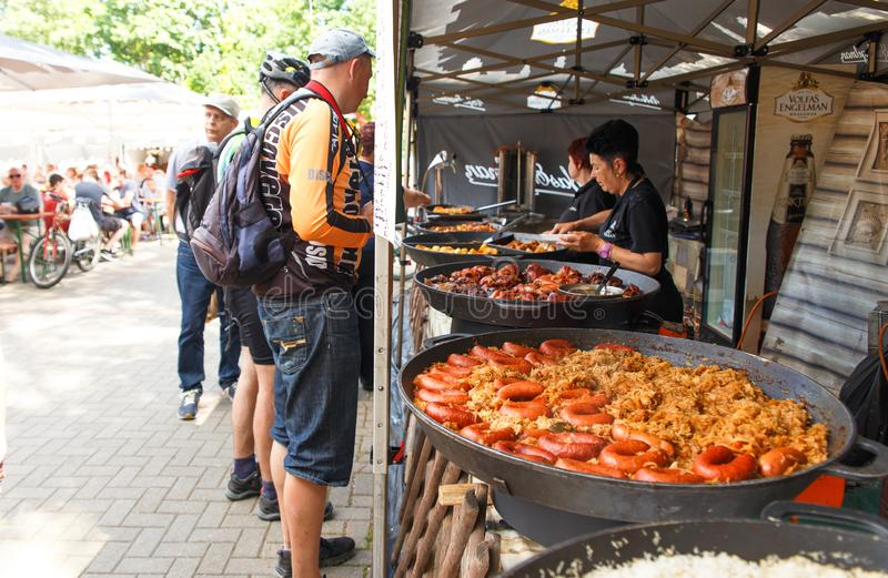 Il cuoco unico femminile vende l'alimento del cittadino della via immagine stock
