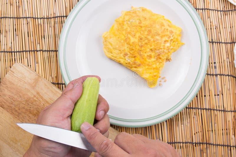 Il cuoco unico ha decorato il bacon infornato del riso con il cetriolo fotografie stock