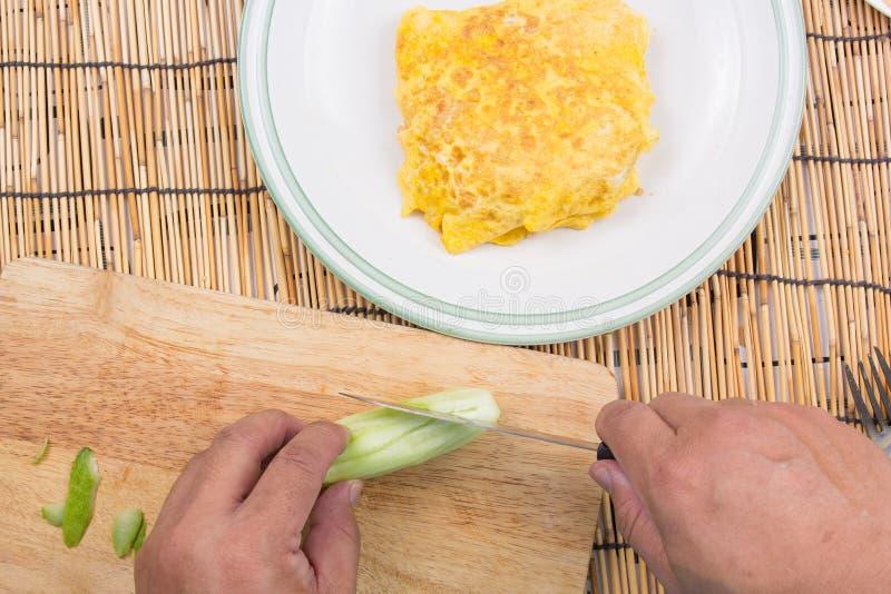 Il cuoco unico ha decorato il bacon infornato del riso con il cetriolo fotografia stock libera da diritti