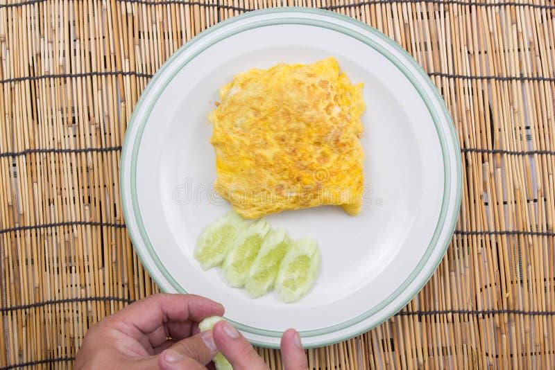 Il cuoco unico ha decorato il bacon infornato del riso con il cetriolo immagine stock libera da diritti