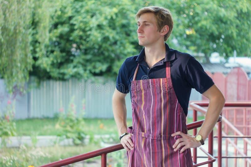 Il cuoco unico maschio è uscito la via per aria fresca fotografia stock libera da diritti