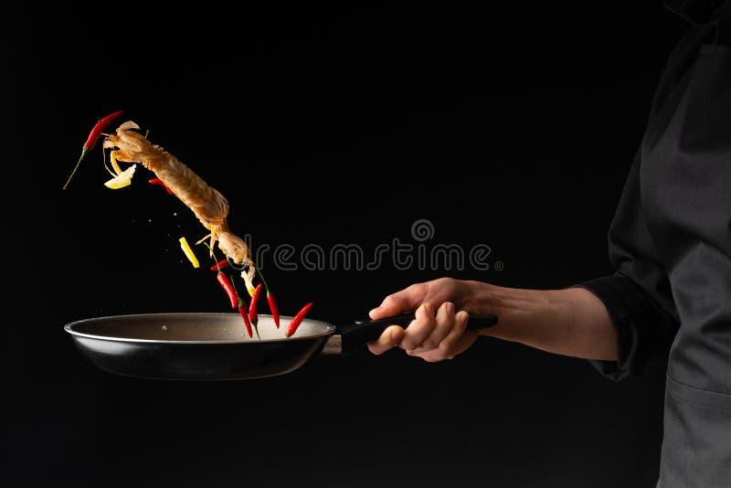 Il cuoco unico prepara i frutti di mare, il gamberetto di mantide con il limone ed il peperoncino, cucina asiatica orientale, dil fotografia stock