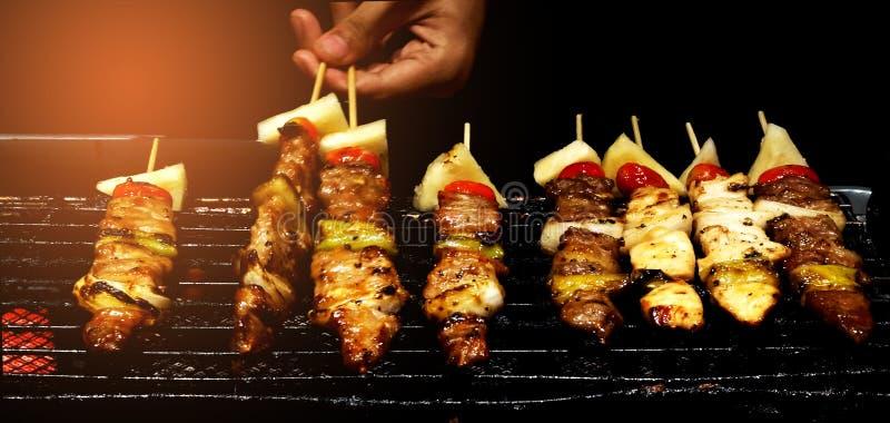 Il cuoco unico sta grigliando il barbecue sulla stufa immagini stock