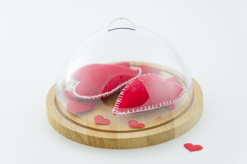 """Il cuore, """"amore """"firma in cupola di vetro natura morta festiva, San Valentino, nozze Concetto del 14 febbraio Fondo sopra immagini stock"""