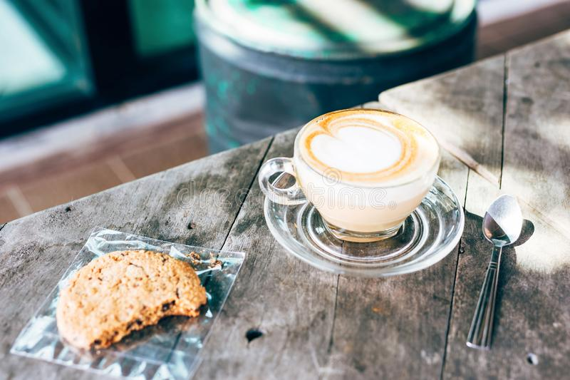 Il cuore caldo del latte del caffè ha modellato fotografie stock
