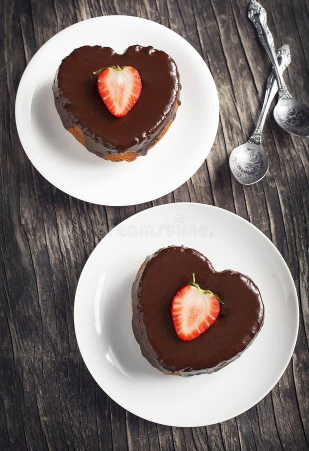 Il cuore a forma di agglutina con cioccolato e la fragola immagine stock libera da diritti