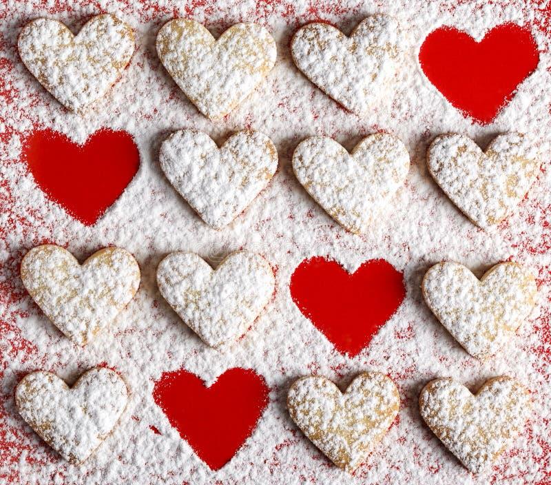 Il cuore ha modellato i biscotti per il giorno del ` s del biglietto di S. Valentino fotografie stock