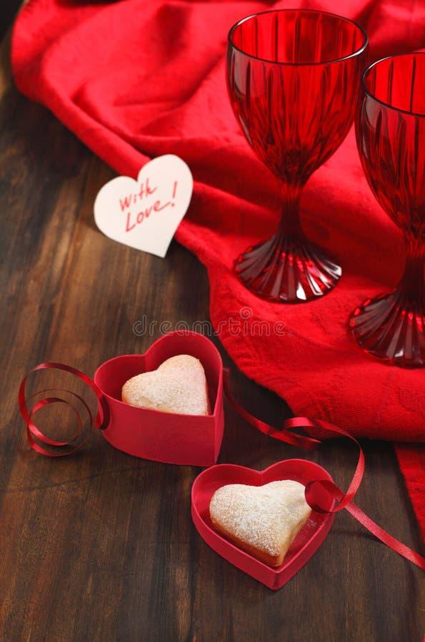 Il cuore ha modellato i biscotti per il giorno e la scheda del biglietto di S. Valentino immagine stock libera da diritti