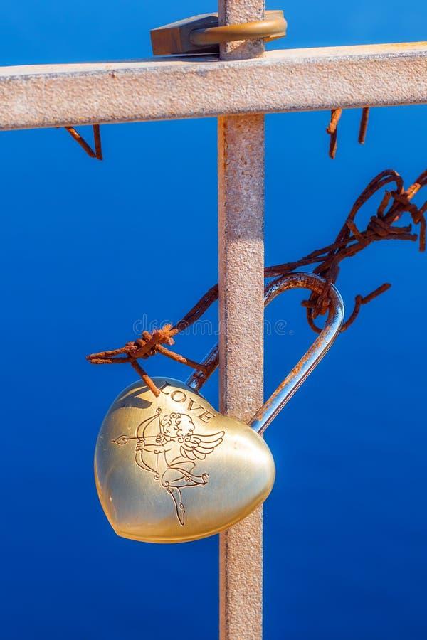Il cuore ha modellato il lucchetto di amore sull'inferriata di vecchio castello a OIA, Santorini fotografie stock libere da diritti