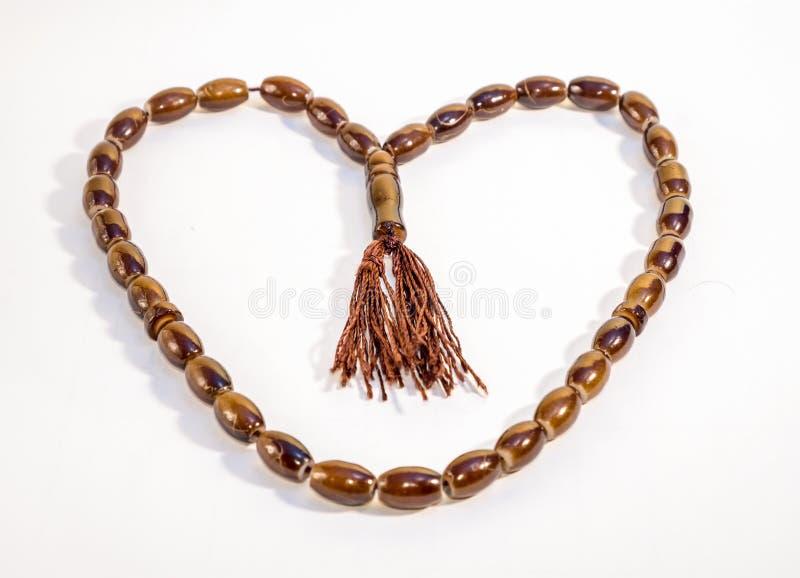 Il cuore ha modellato la capsula di legno Beeds di Tasbeeh contro backg bianco immagini stock libere da diritti