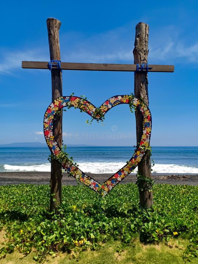 Il cuore ha modellato la compassione di legno per nozze, sulla spiaggia dell'isola di Bali, l'Indonesia fotografie stock libere da diritti