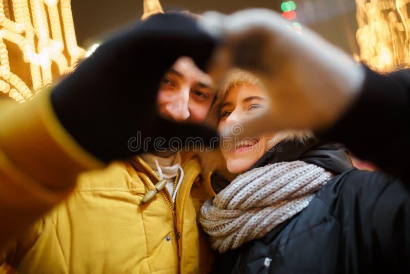 Il cuore ha reso a palma le coppie amorose fotografie stock libere da diritti