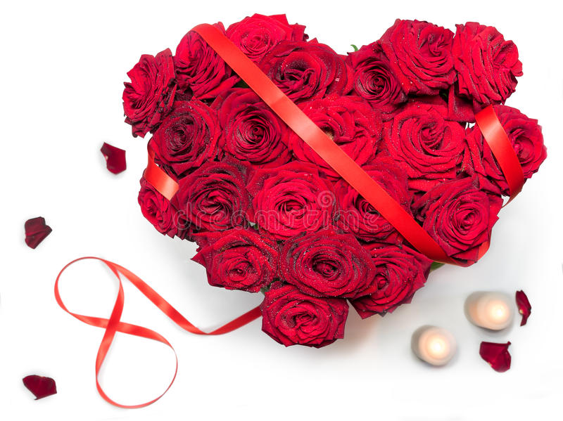 Il cuore ha reso a rose rosse il mazzo figura di nastro rossa 8 petali che due candele hanno isolato il fondo bianco fotografia stock libera da diritti