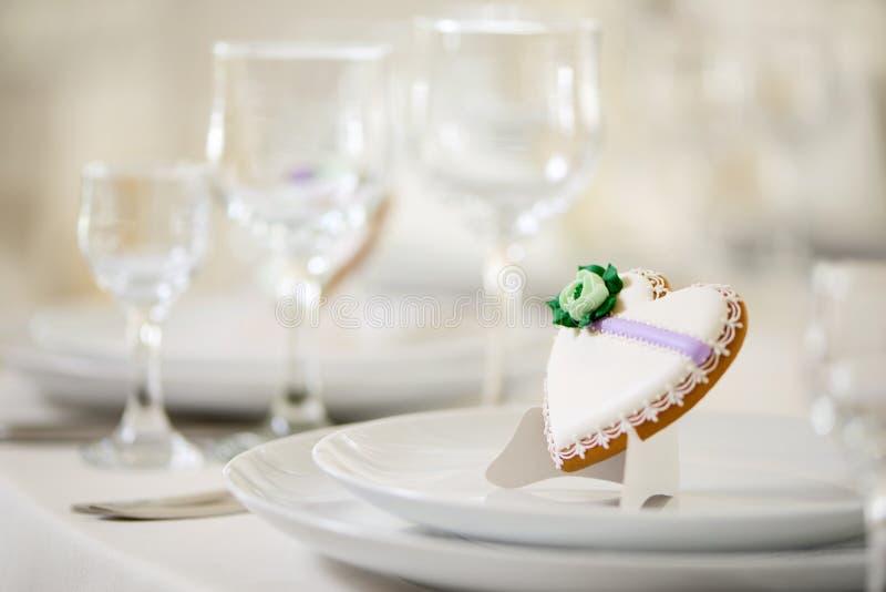 Il cuore lustrato ha modellato il biscotto del pan di zenzero sul piatto immagine stock
