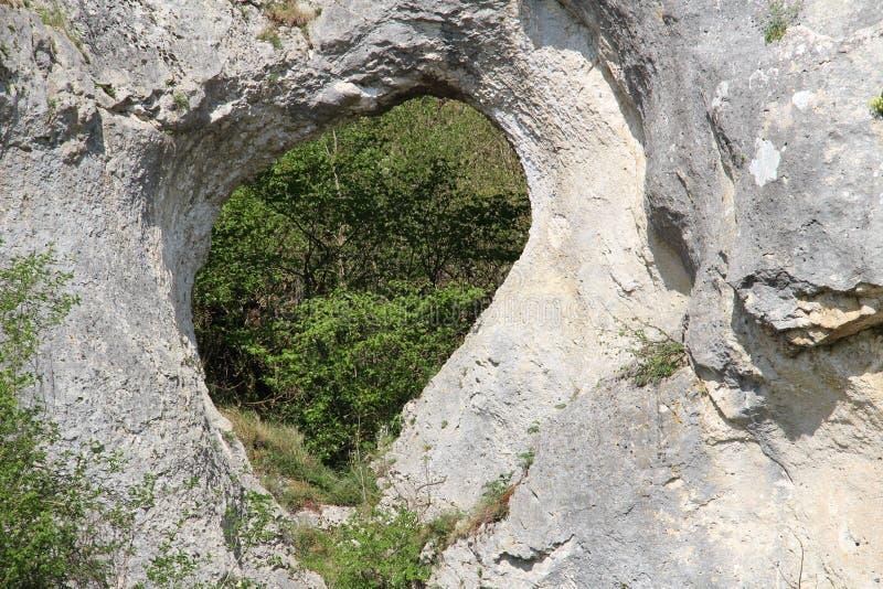 Il cuore naturale ha scavato (accentuato) nella roccia fotografia stock