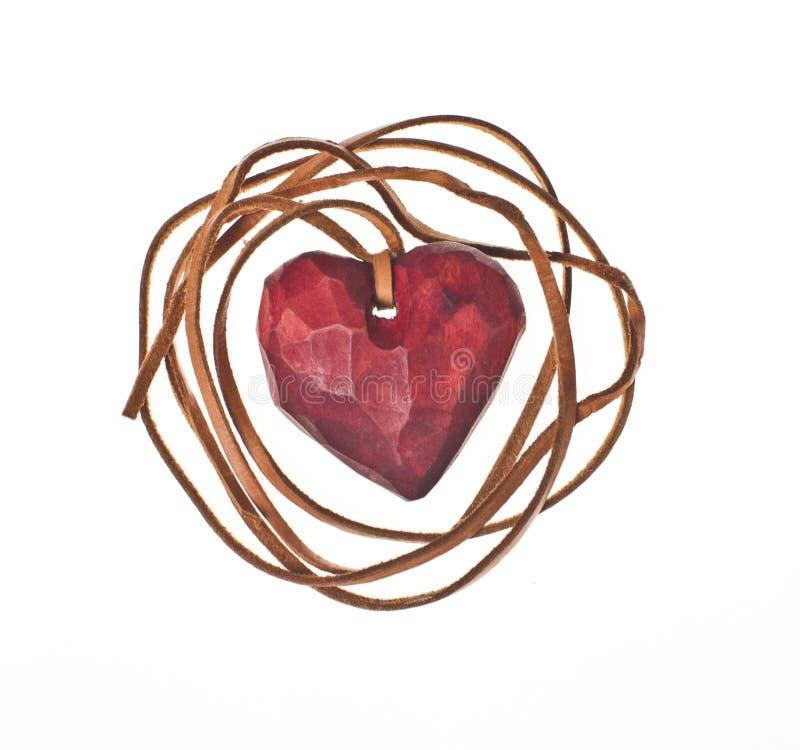 Il cuore rosso di legno acclude a corda di cuoio fotografia stock